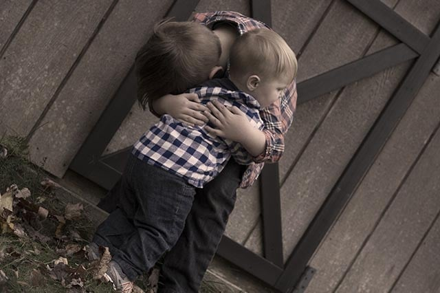 Mindfulde kram er genvejen til højere emotionel intelligens på verdensplan